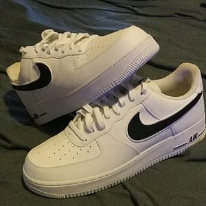 Air force one low black and white